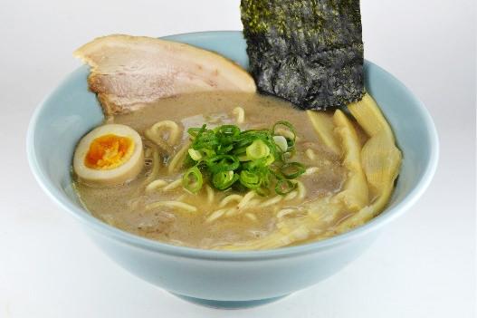麺と絡まる鶏白湯